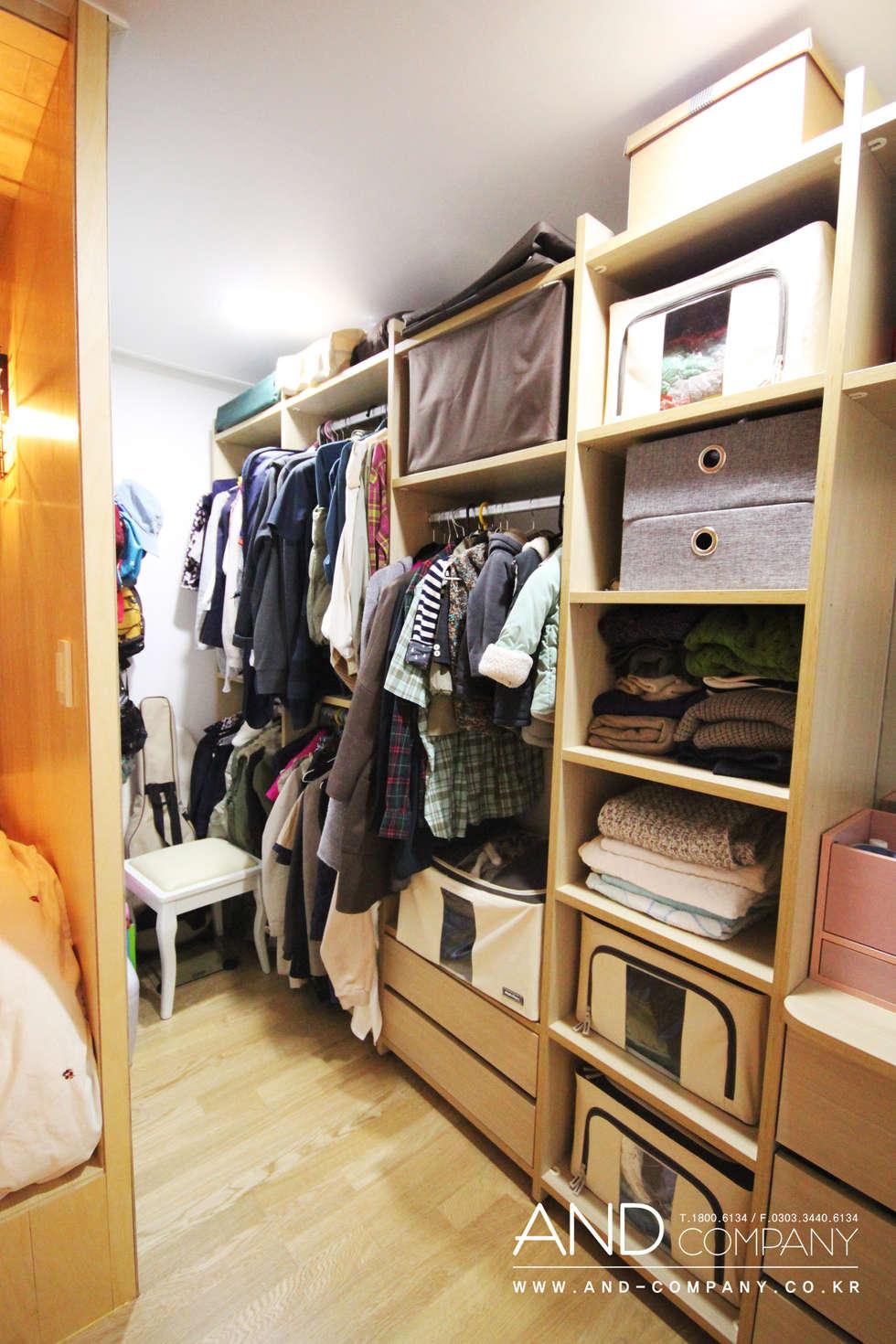 서재를 거실로, 거실을 서재로: 앤드컴퍼니의  드레스 룸