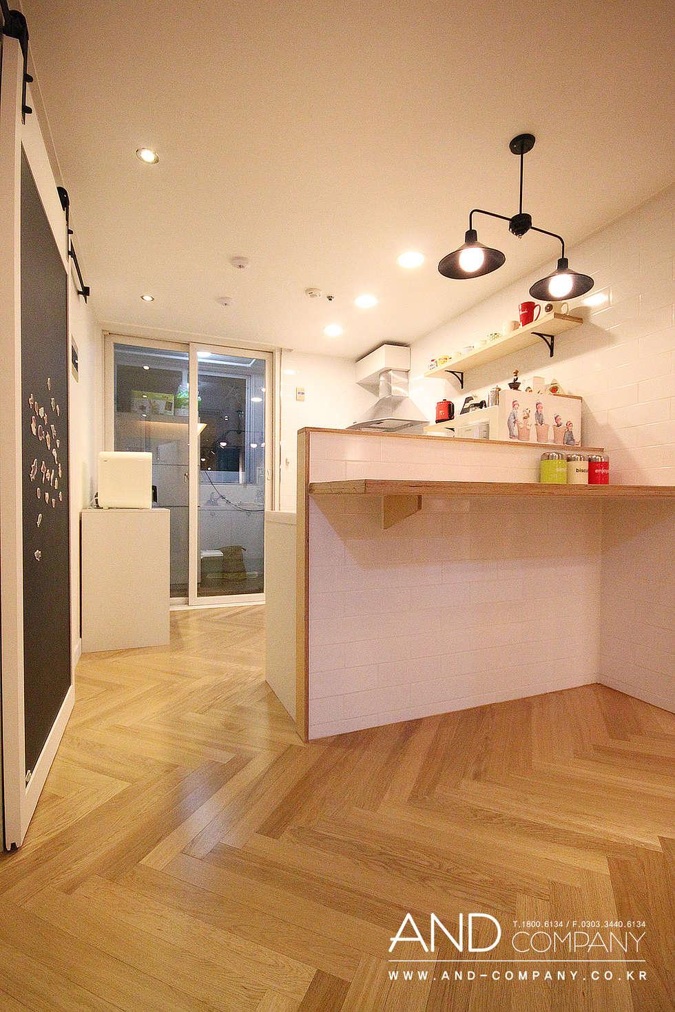 서재를 거실로, 거실을 서재로: 앤드컴퍼니의  다이닝 룸