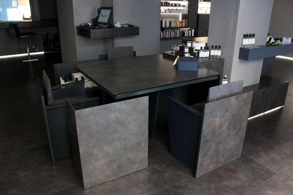 dettaglio tavolo-sedie: Negozi & Locali commerciali in stile  di Giemmecontract srl.