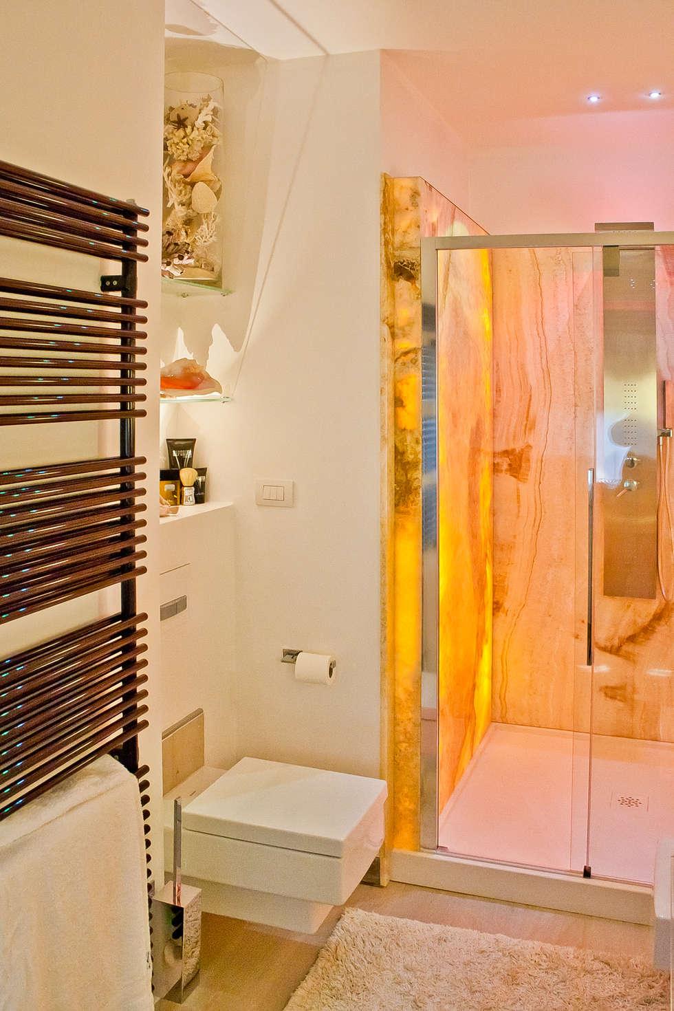 Doccia in onice retroilluminato: Bagno in stile in stile Eclettico di GHINELLI ARCHITETTURA