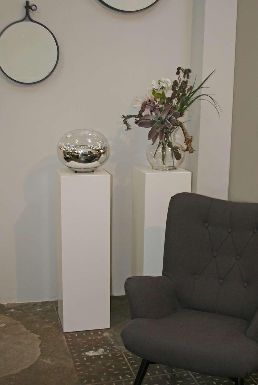Strakke witte sokkels om accessoires en bloemwerk tot hun recht te laten komen.: minimalistische Studeerkamer/kantoor door Solits