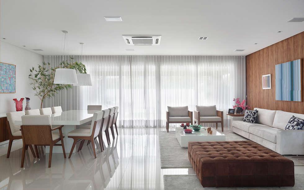 Moderne Wohnzimmer Von Carolina Mendonça Projetos De Arquitetura E  Interiores LTDA
