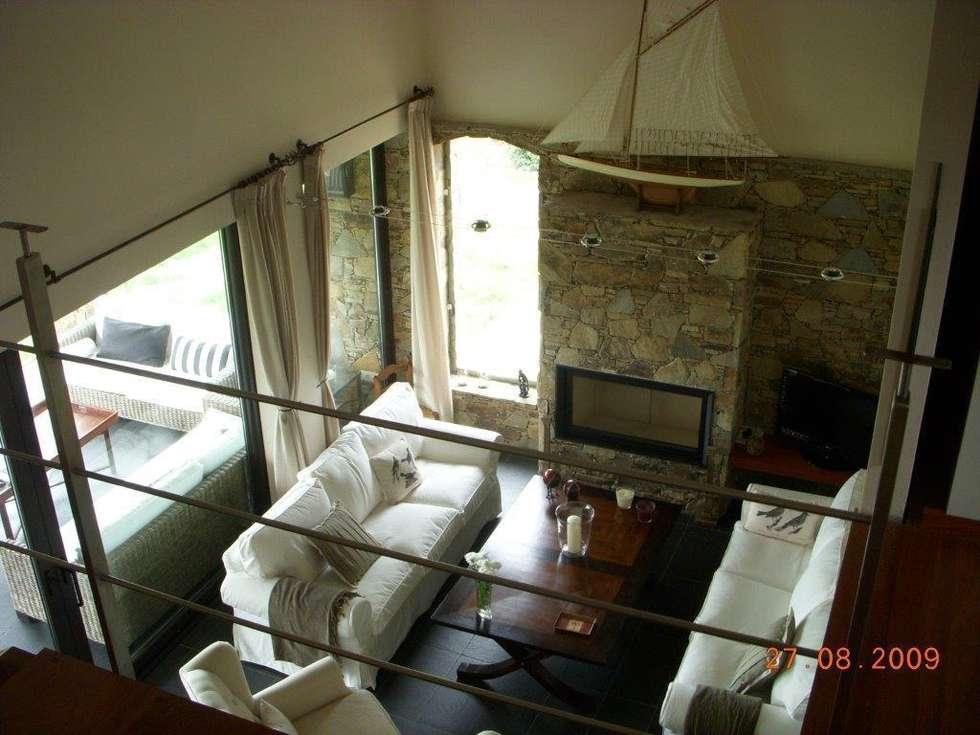 Vista sobre el salón desde el bajocubierta: Salones de estilo rústico de DE DIEGO ZUAZO ARQUITECTOS