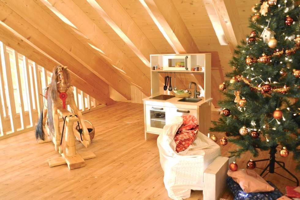 Wohnzimmer im Dachgeschoss: landhausstil Multimedia-Raum von André ...