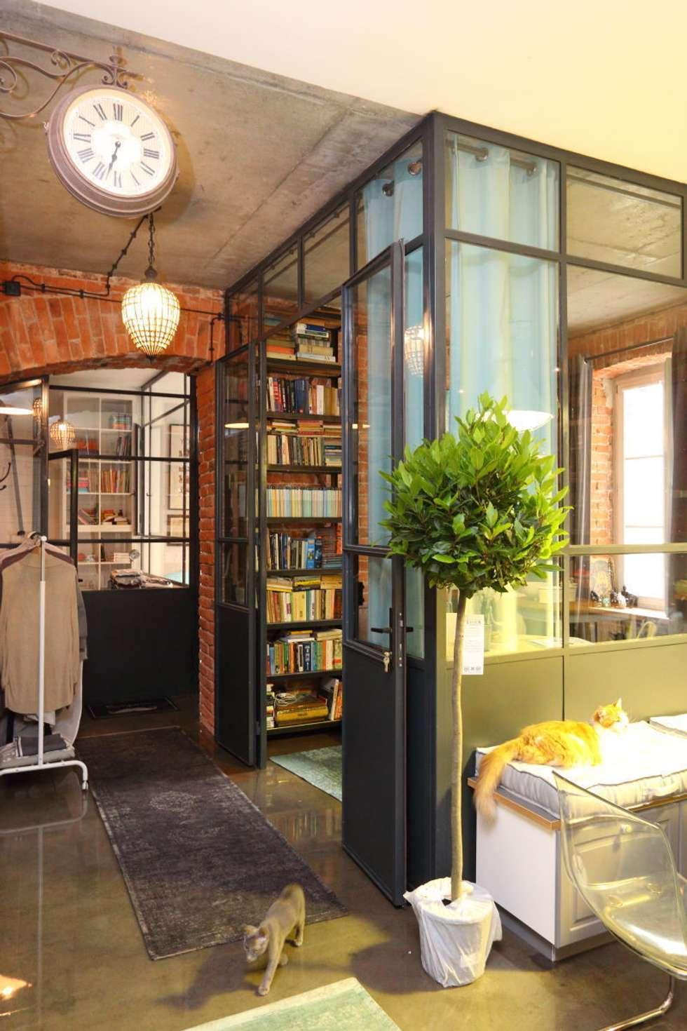 loft korytarz przy sypialni : styl , w kategorii Korytarz, przedpokój zaprojektowany przez livinghome wnętrza Katarzyna Sybilska