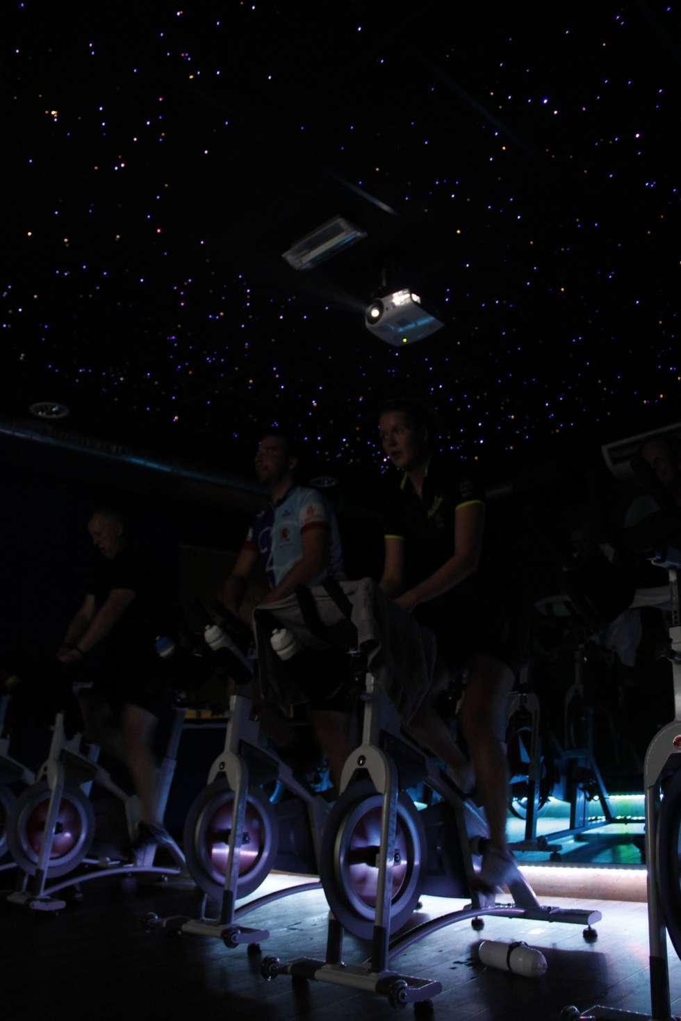 Spinning ruimte Sportschool Sterrenhemel plafond verlichting op de maat van de muziek:  Evenementenlocaties door MyCosmos