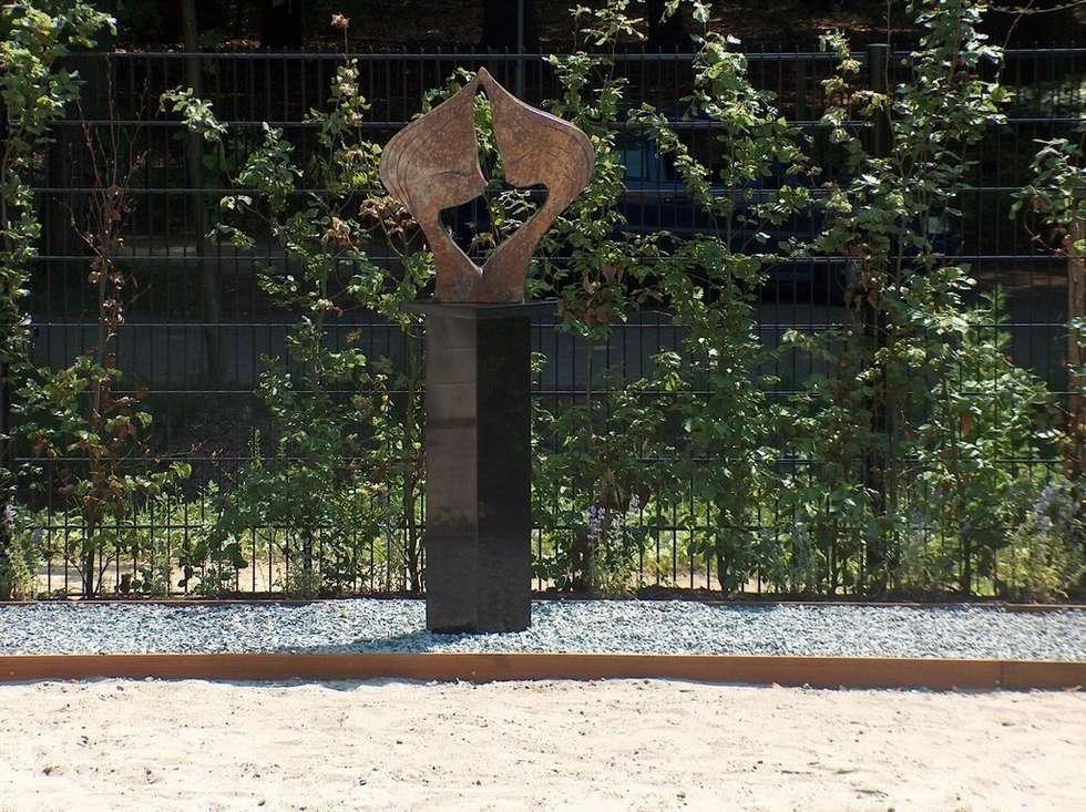 Sokkel van graniet: moderne Tuin door Solits