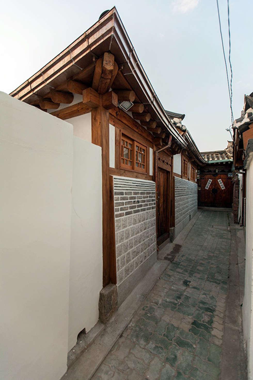 골목쪽 외관: 라이프인스탈로의  주택