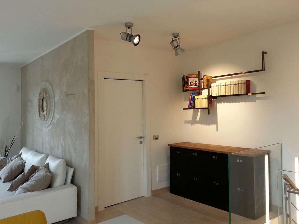 disimpegno: Ingresso & Corridoio in stile  di studio radicediuno