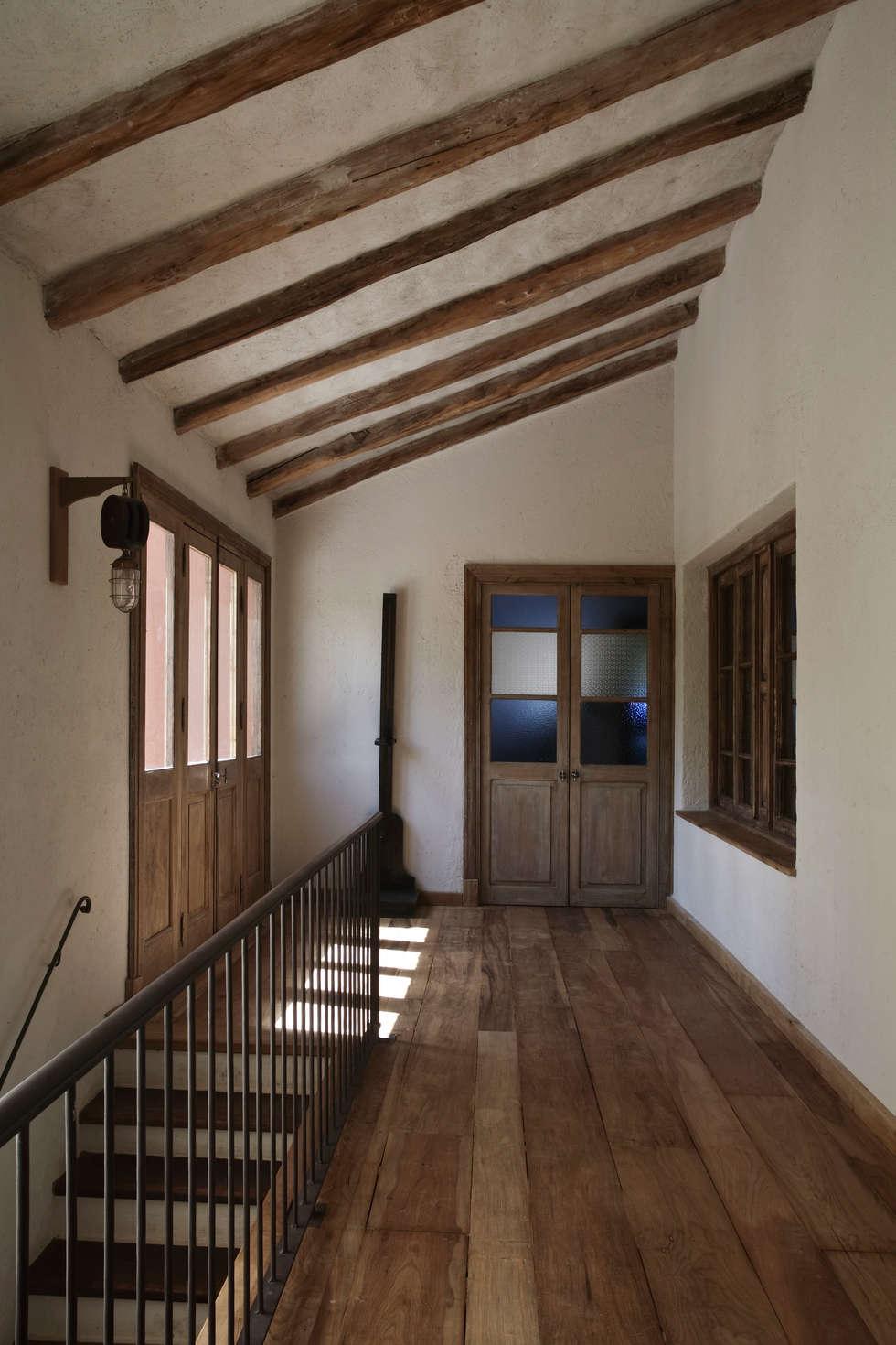 Chalet Atamisque: Pasillos Y Recibidores De Estilo Por Bórmida U0026 Yanzón  Arquitectos
