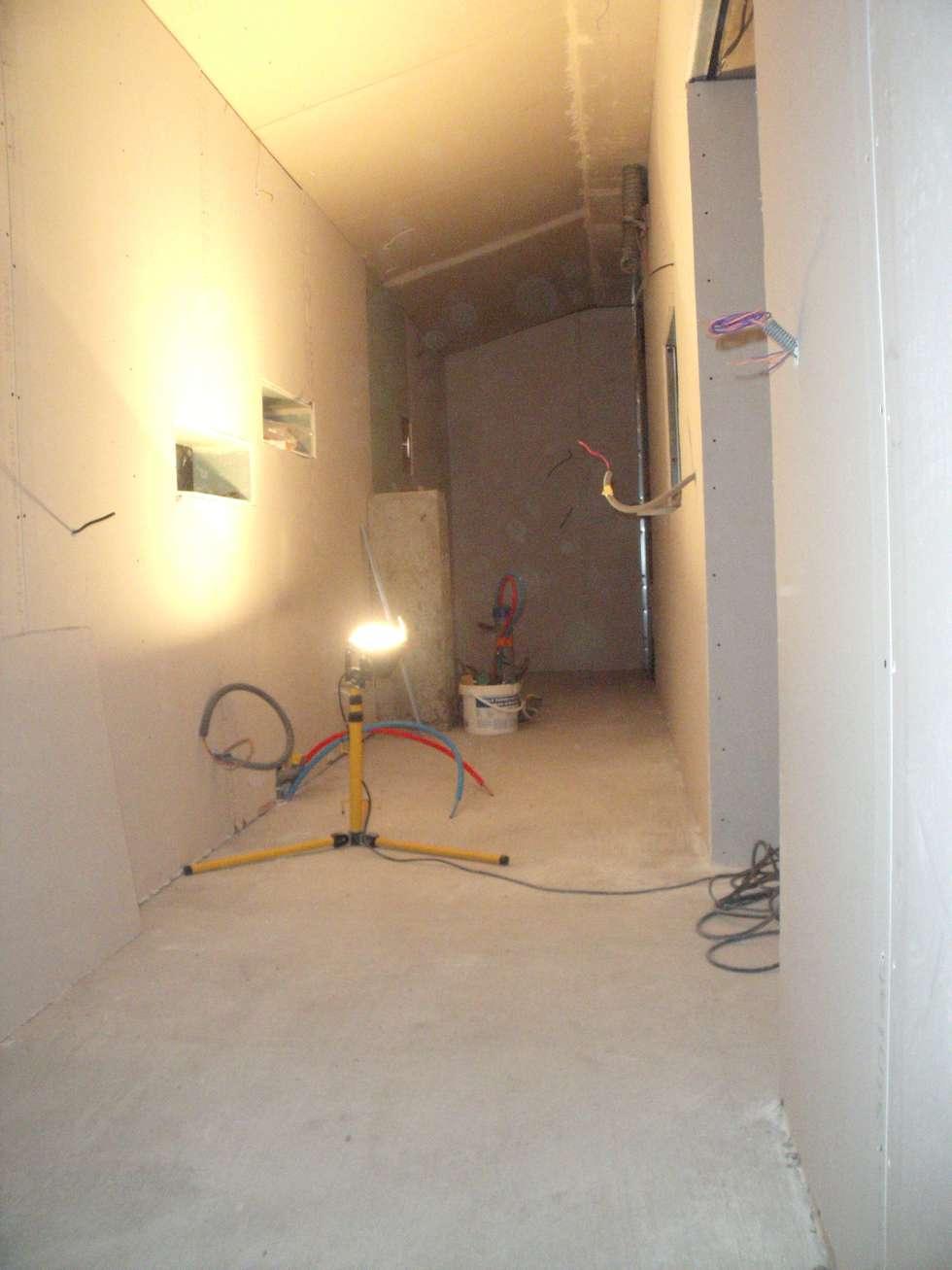 Espace cuisine et salle d'eau en cours: Murs de style  par POSITIV'AGENCEMENT