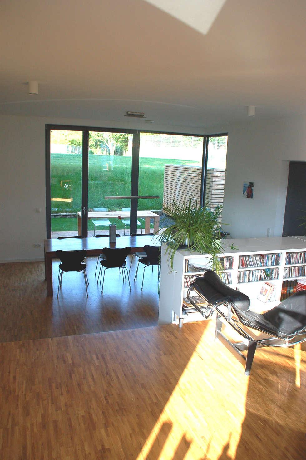 Doppelhaus klein grün: moderne wohnzimmer von mbpk architekten ...