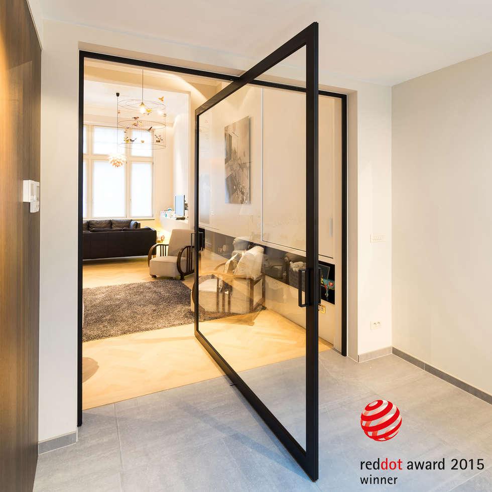Glazen taatsdeur met zwart kader en minimalistisch kozijn.:  Glazen deuren door Anyway Doors