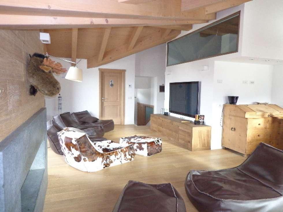 Living: Soggiorno in stile in stile Moderno di Architetto Stefania Colturi