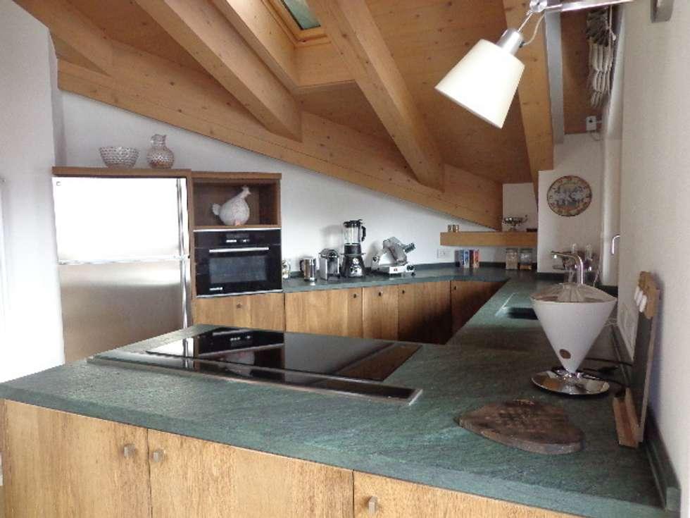 Cucina in rovere: Cucina in stile in stile Moderno di Architetto Stefania Colturi
