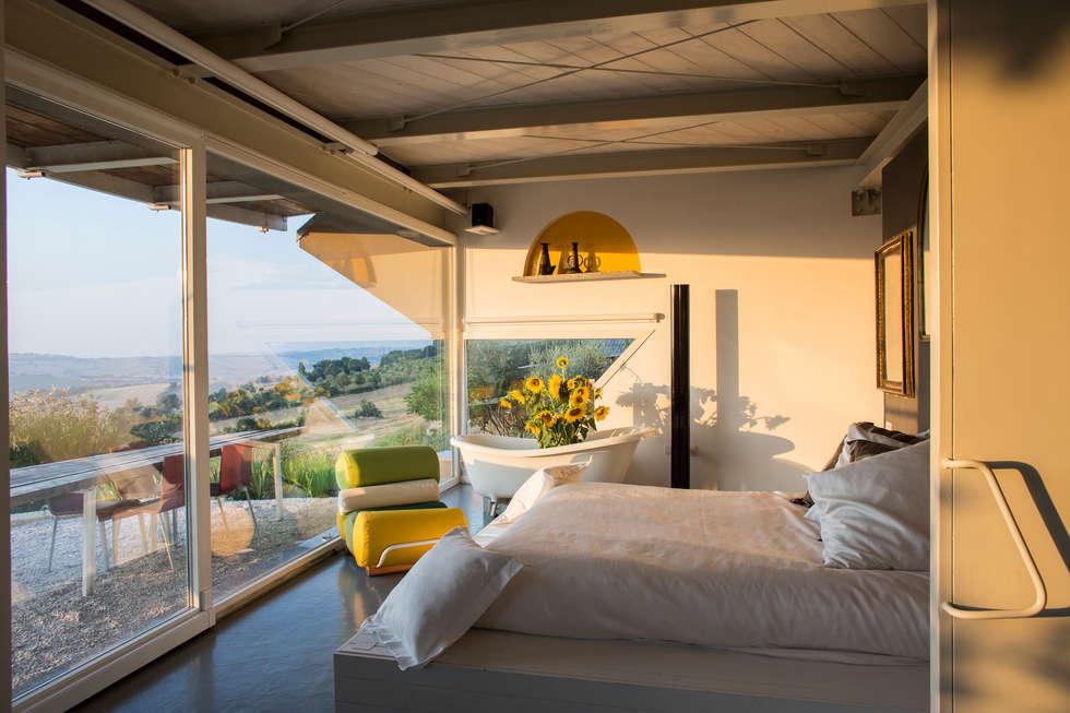 la zona letto: Camera da letto in stile in stile Moderno di RoccAtelier Associati