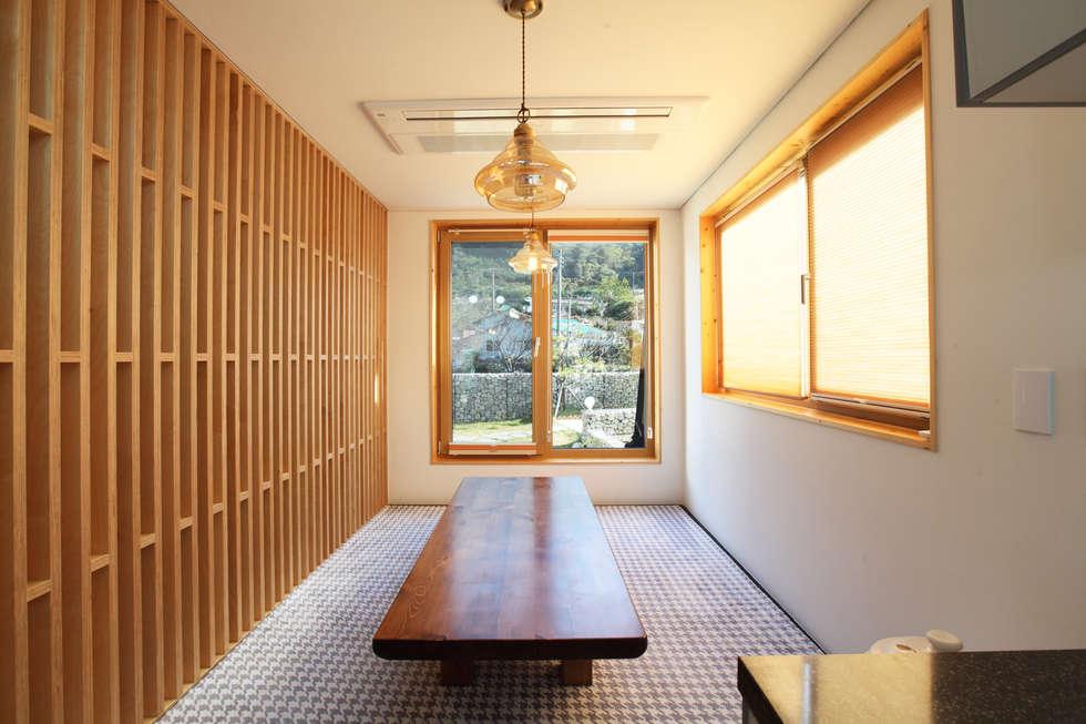 좌식응접실: 주택설계전문 디자인그룹 홈스타일토토의  다이닝 룸
