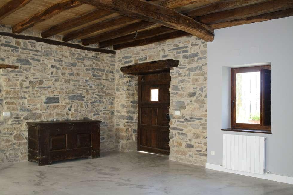 Salón Estado definitivo: Salones de estilo rústico de Lidera domÉstica