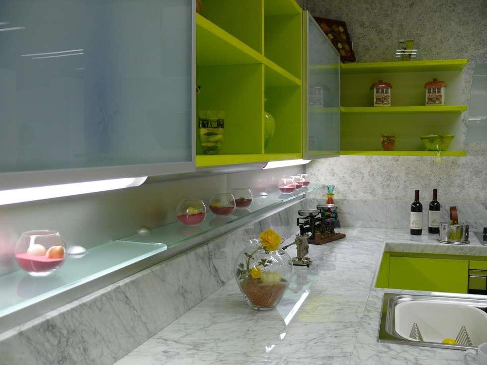 Cucina moderna Lime: Cucina in stile in stile Moderno di Fausti cucine arredamenti