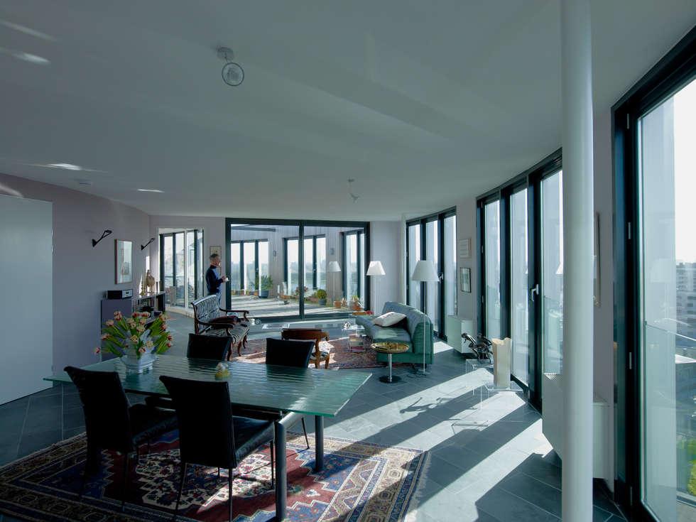 Schutterstoren Meer en Oever: moderne Woonkamer door Paul de Vroom architecten