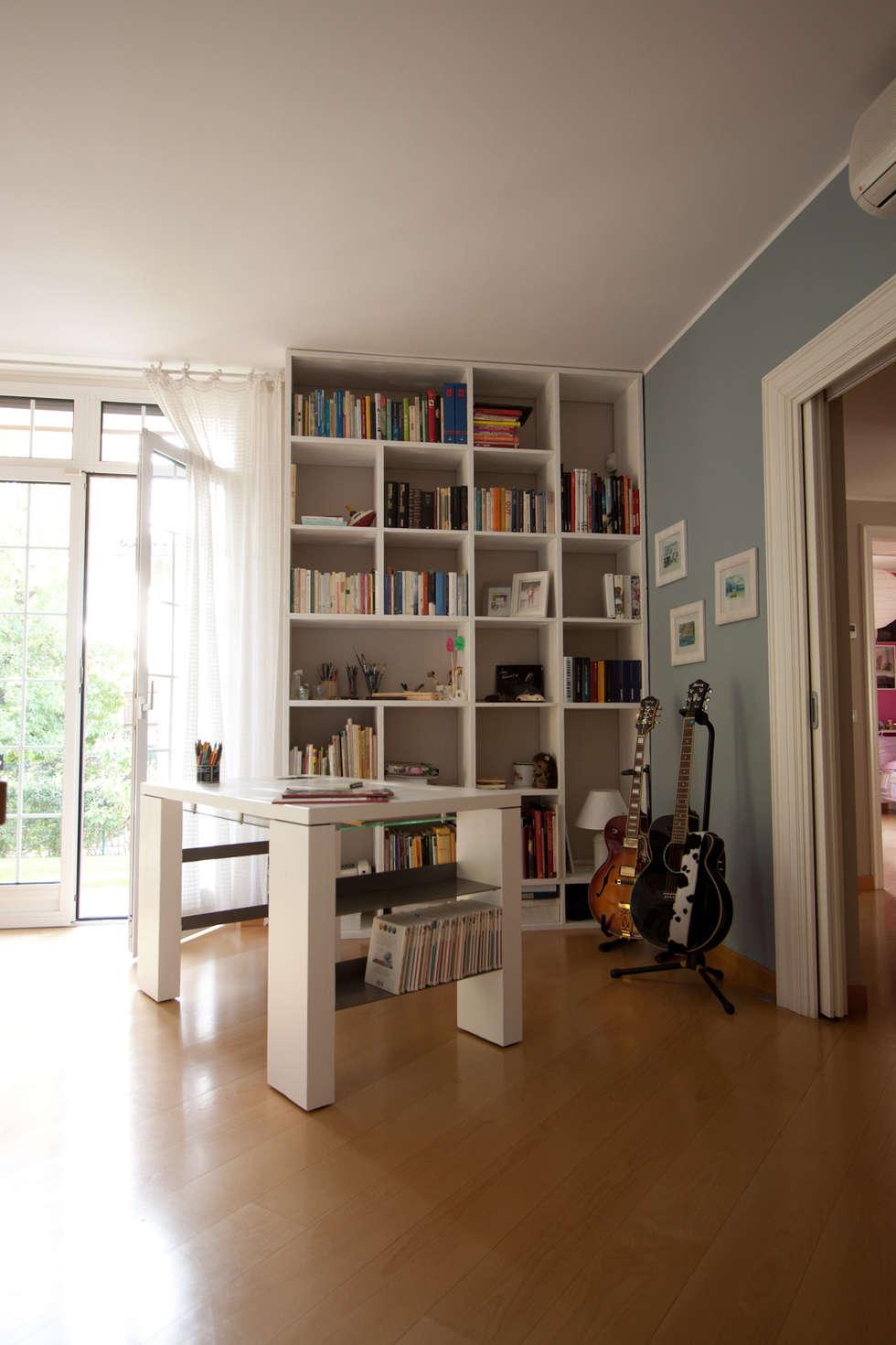 Scrivania e libreria: Soggiorno in stile in stile Moderno di Effegieffe s.n.c.