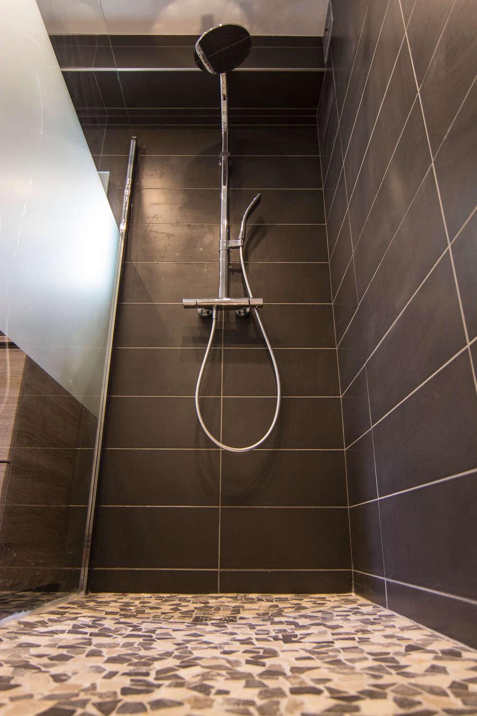Douche à l'italienne: Salle de bains de style  par Anne Martins Design