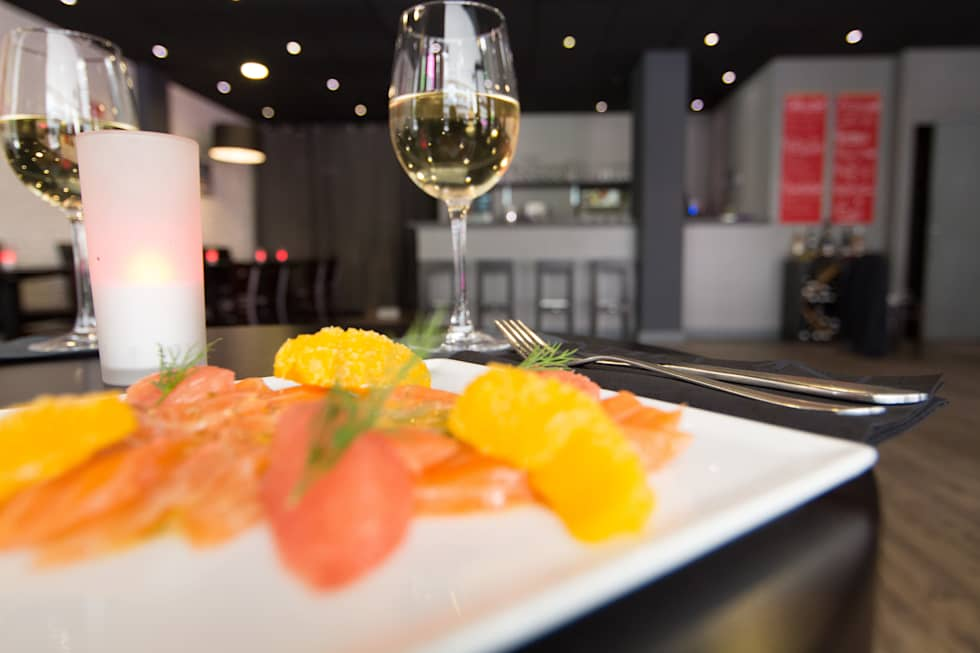 Restaurant & Bar: Bars & clubs de style  par Anne Martins Design