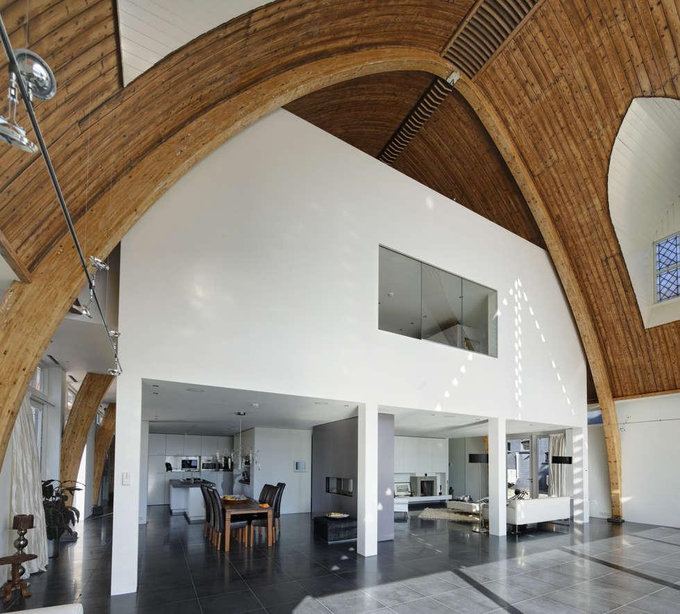 Huis in een kerk: moderne Eetkamer door Ruud Visser Architecten
