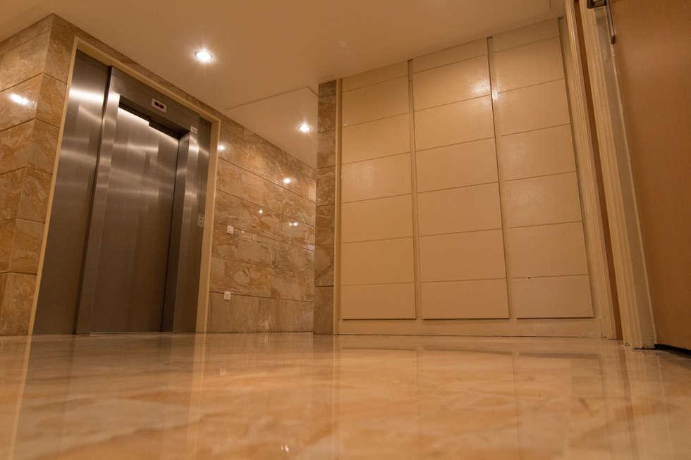 Hall d'entrée : Locaux commerciaux & Magasins de style  par Anne Martins Design