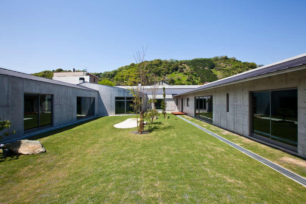 中庭: 依田英和建築設計舎が手掛けた庭です。