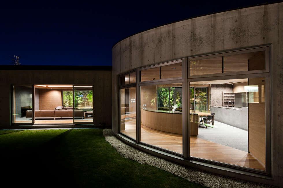 中庭より: 依田英和建築設計舎が手掛けた家です。
