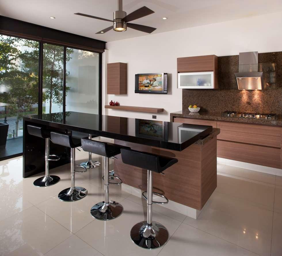 modern Kitchen by GLR Arquitectos