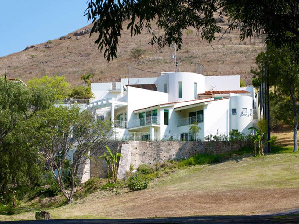 FACHADA POSTEROR: Casas de estilo moderno por Excelencia en Diseño