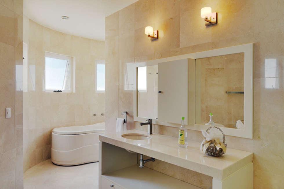 EL BAÑO PRINCIPAL: Baños de estilo  por Excelencia en Diseño