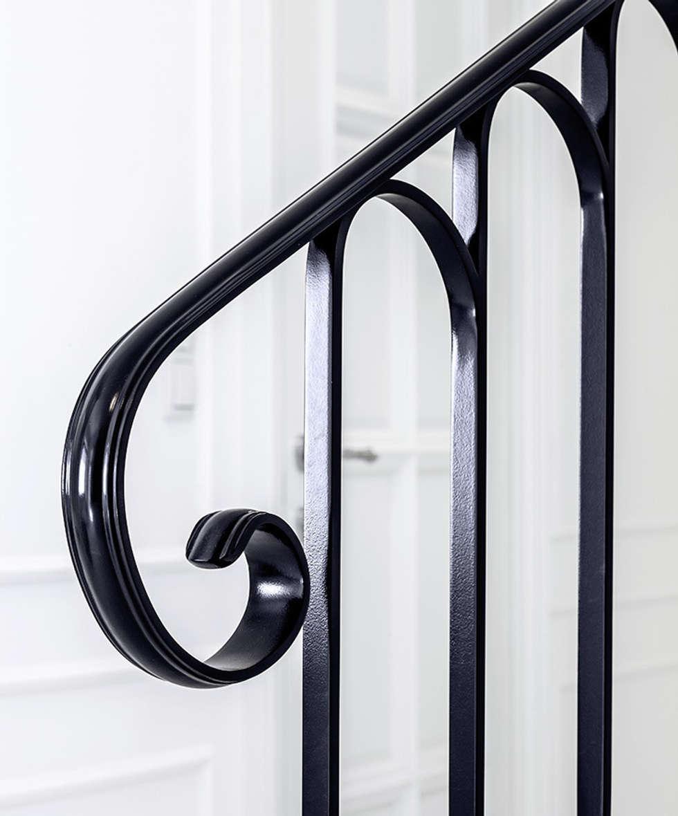 ST497 Białe schody gięte / ST497 White Curved Stairs: styl , w kategorii Korytarz, przedpokój zaprojektowany przez Trąbczyński