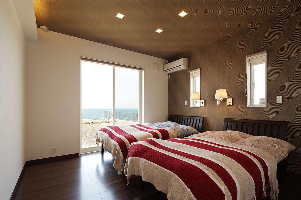 プロバンス風住宅: 有限会社タクト設計事務所が手掛けた寝室です。