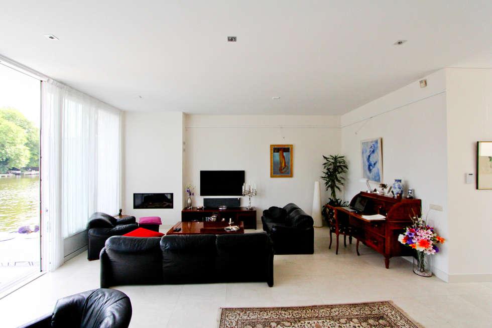 De woonkamer kijkt uit over de Rijn: moderne Woonkamer door Vos | Hoffer | vdHaar architecten