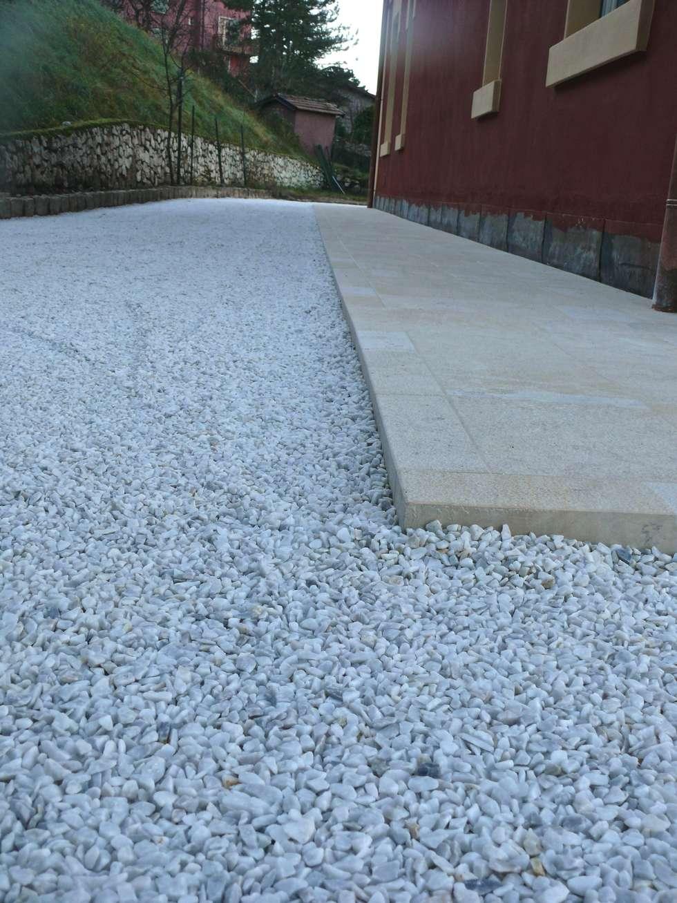 PAVIGRAVEL pavimentazione in ghiaia stabilizzata: Pareti in stile  di STILE SAS
