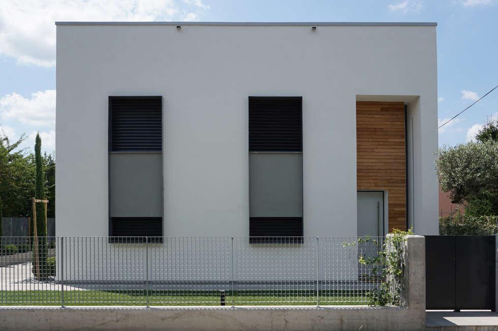 Fronte ingresso: Case in stile in stile Minimalista di Plus Concept Studio