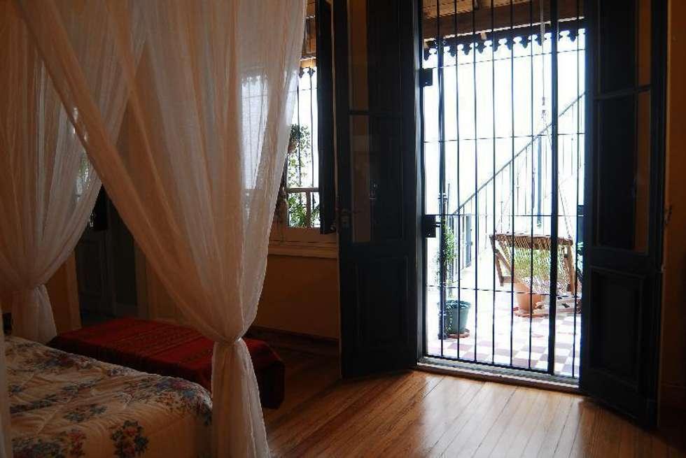 dormitorio principal: Dormitorios de estilo ecléctico por Parrado Arquitectura