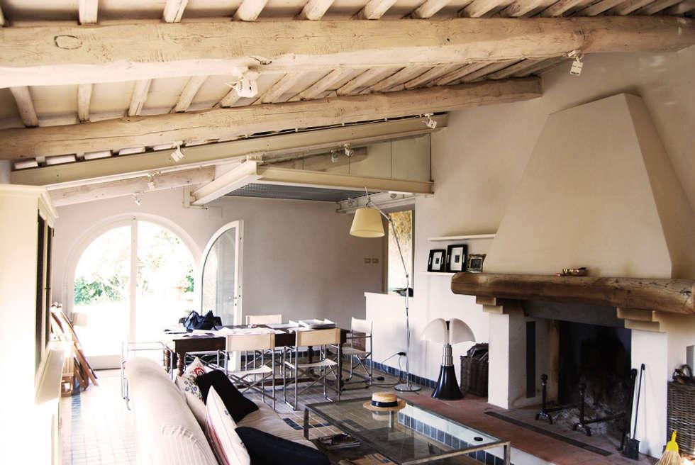 Foto di soggiorno in stile in stile rustico : casale in toscana  homify