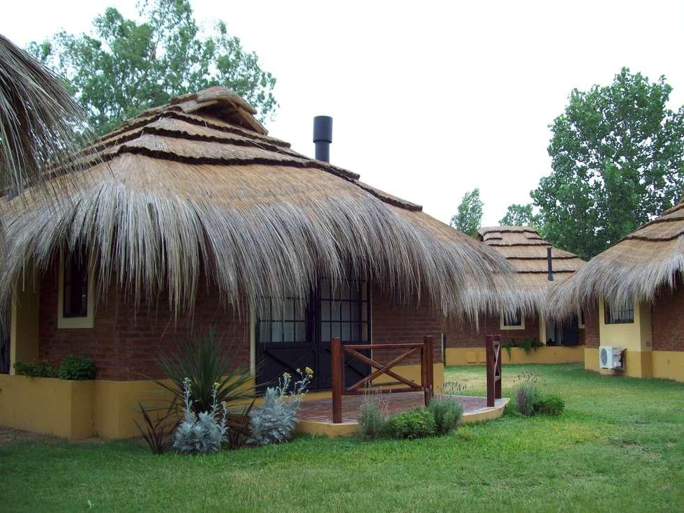 Solares de la Laguna - CABAÑAS: Hoteles de estilo  por D'Odorico Arquitectura & Obras