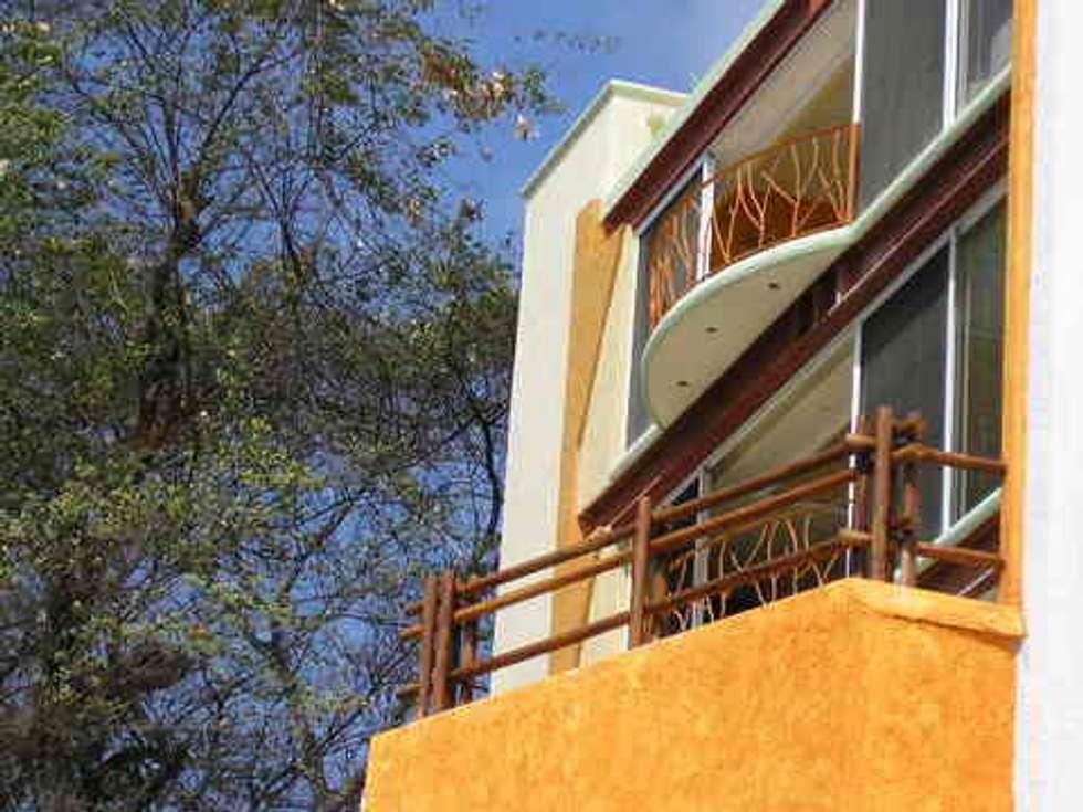 Vista de la Fachada: Casas de estilo topical por ARQUELIGE