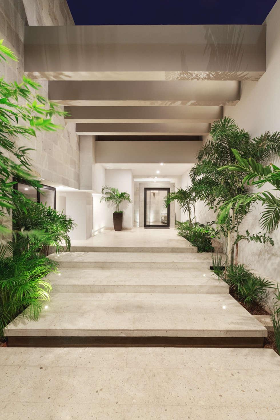 Acceso principal casas de estilo moderno por juan luis for Casa moderno kl