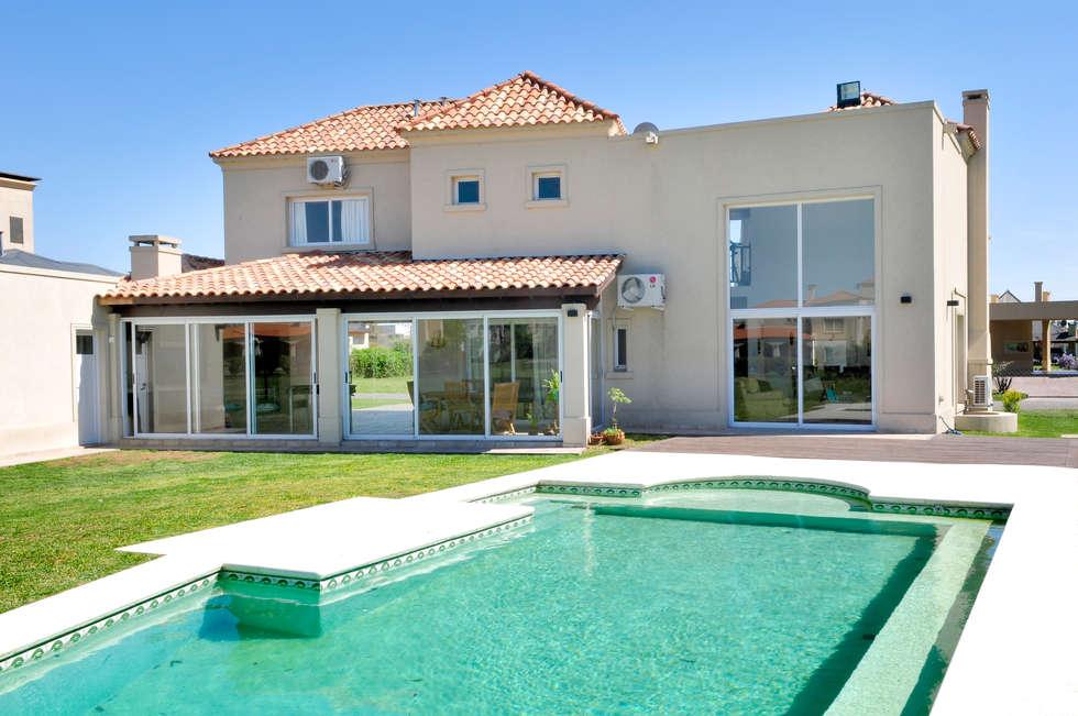 Vivienda Estilo Clásica: Casas de estilo clásico por Opra Nova