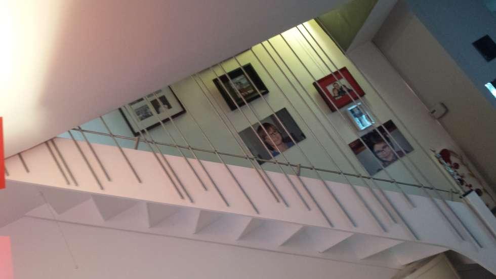 Rythme musical pour un garde-corps: Couloir et hall d'entrée de style  par Christèle BRIER Architechniques
