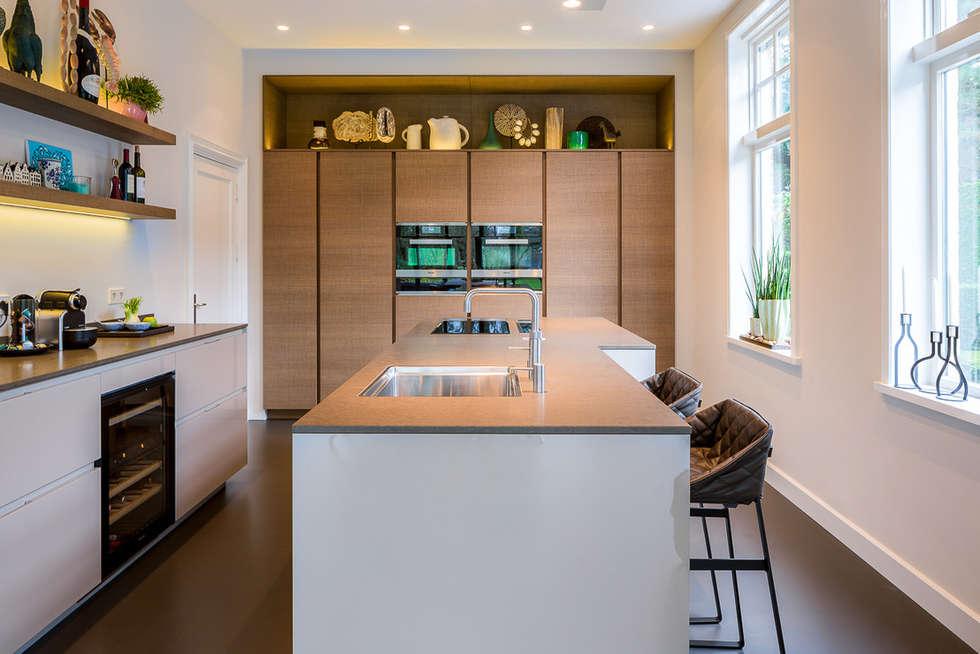 DesignGietvloer in een moderne leefkeuken. www.designgietvloer.nl: moderne Keuken door Design Gietvloer