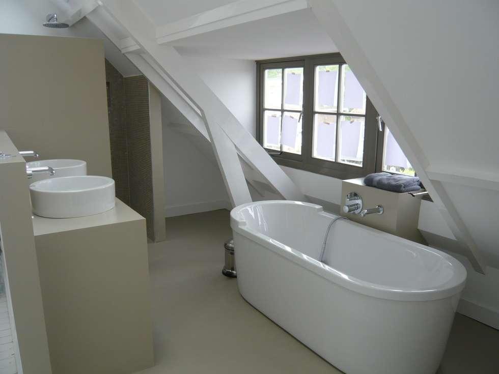 Design Gietvloer in de badkamer. www.designgietvloer.nl: moderne Badkamer door Design Gietvloer
