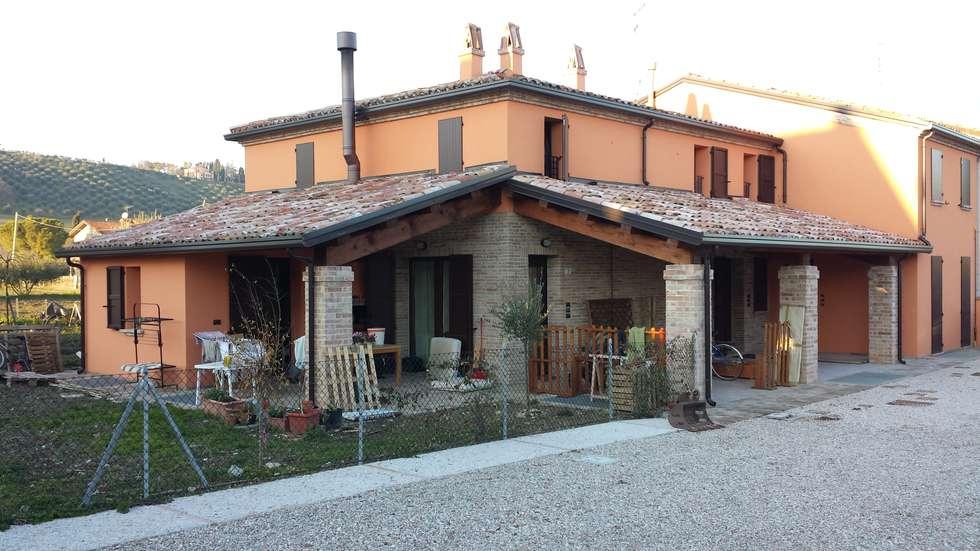 Nuovo fronte dopo l'intervento: Case in stile in stile Rustico di Studio Arch. Mauro Ioli