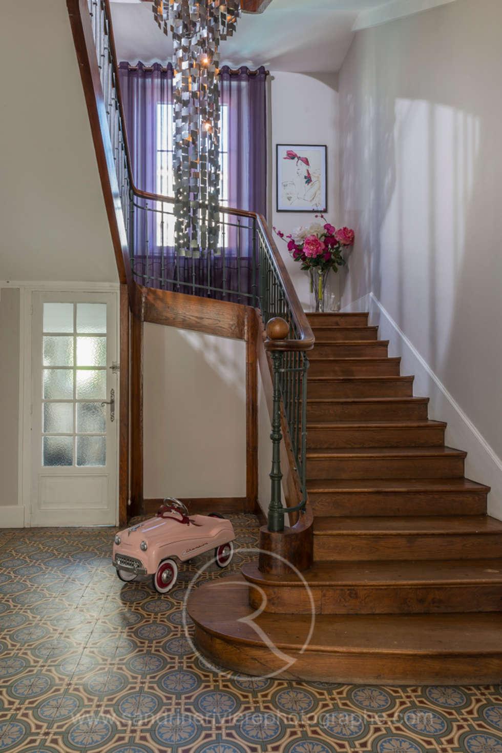 Visite privée Maison G: Couloir et hall d'entrée de style  par Sandrine RIVIERE Photographie